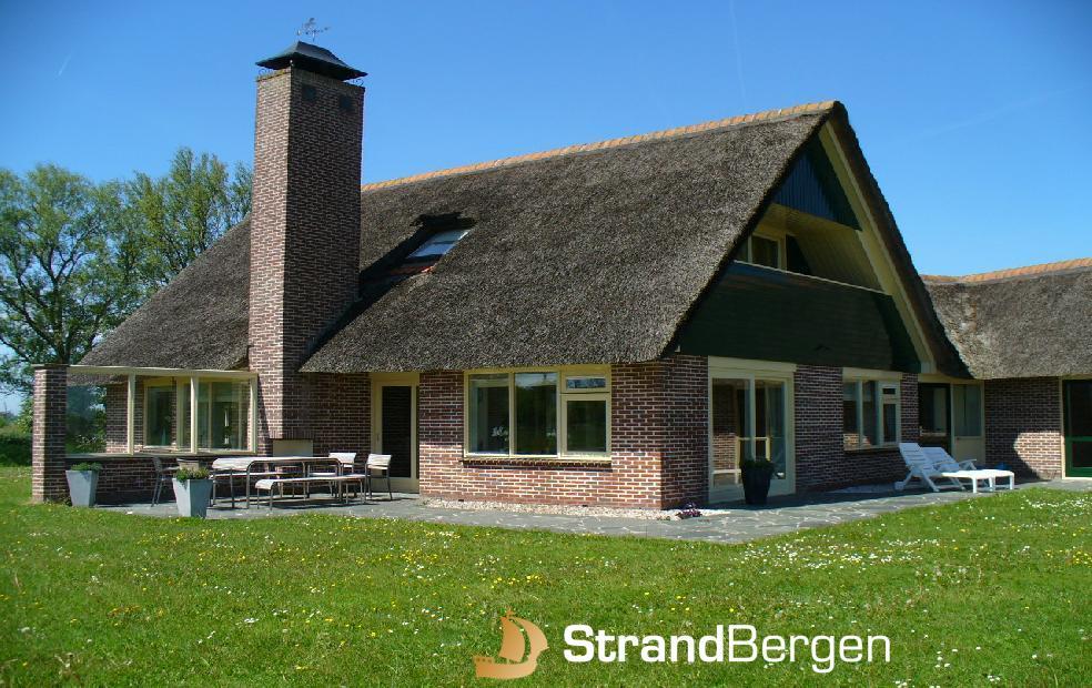 Huize Roezemoes op het platteland bij Bergen, Noord-Holland