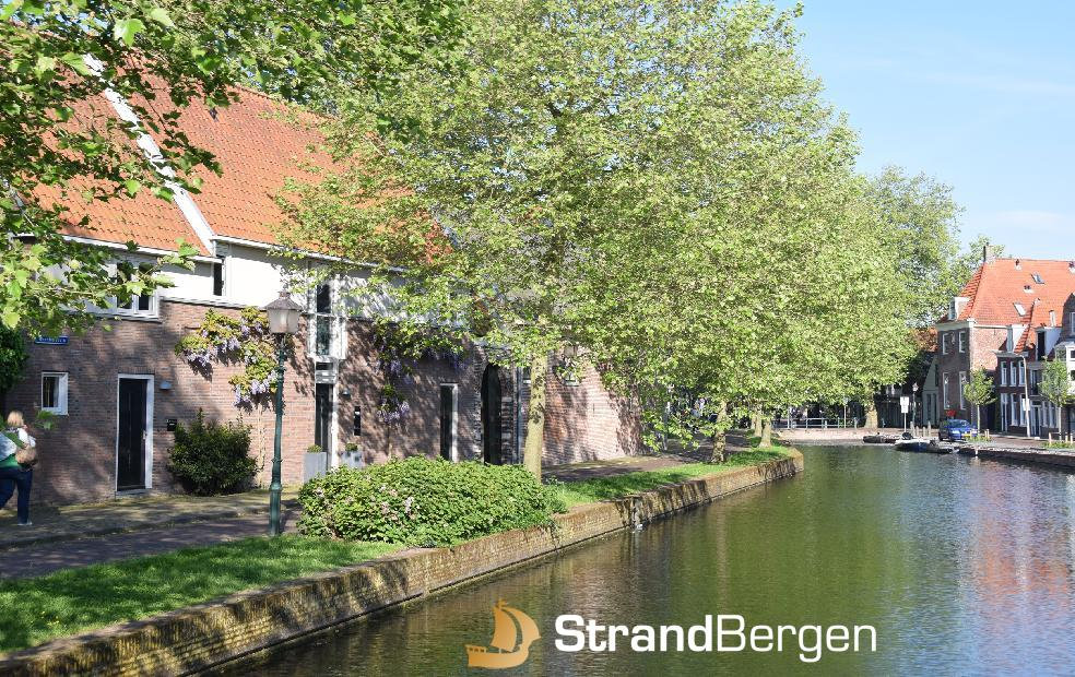 Kapeltuin in Hoorn; historische Atmosphäre; an einer Gracht gelegen
